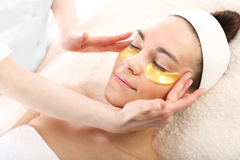 Jak pielęgnować skórę wokół oczu? Sprawdzone triki i metody